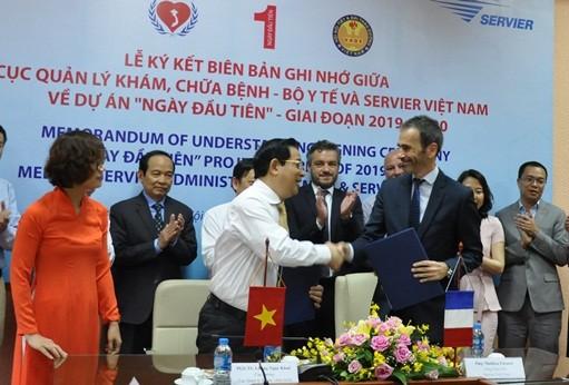 Đại diện Cục QLKCB và Servier Việt Nam Ký bản Ghi nhớ
